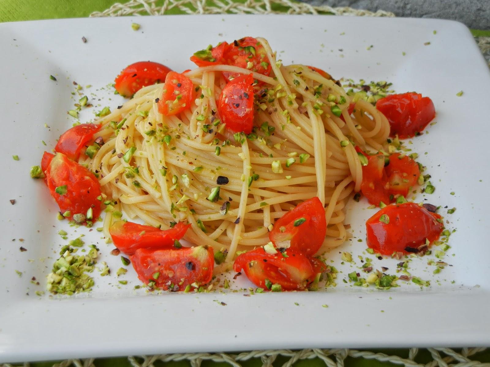 Spaghetti con colatura di alici di Cetara, pomodorini e granella di pistacchio