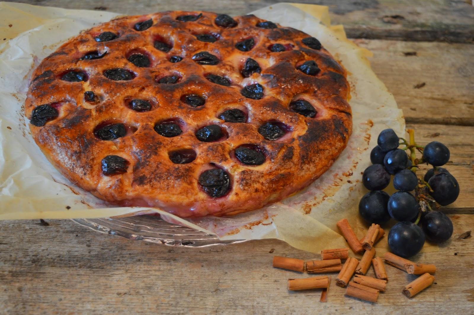 Focaccia dolce all'uva nera e cannella