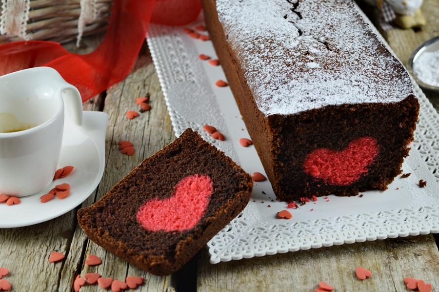 Plumcake al cioccolato con cuore rosso