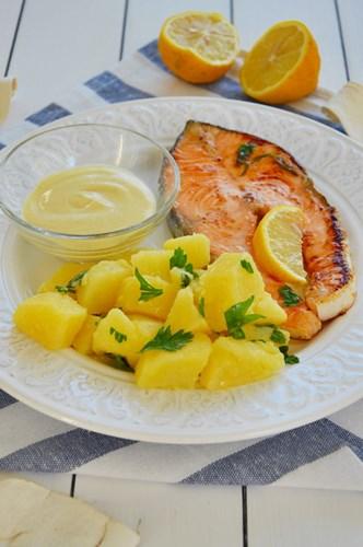 Salmone al limone con patate e salsa alla senape