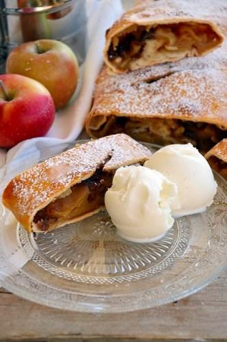 Strudel alle mele e gelato alla vaniglia
