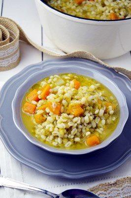 Zuppa di orzo, piselli e lenticchie con zucca